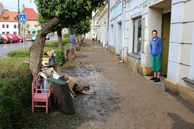 PŘÍVALOVÝ DÉŠŤ Libochovice zaplavil bahnem. Nejvíce zasažená je Revoluční ulice a okolí úřadu. Zdecimovaný je také zámecký park. Voda se dostala ido zámku.