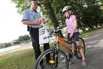 Cyklistka Sára Baudlerová byla vzorná a získala od strážníka odměnu v podobě sportovní lahve.