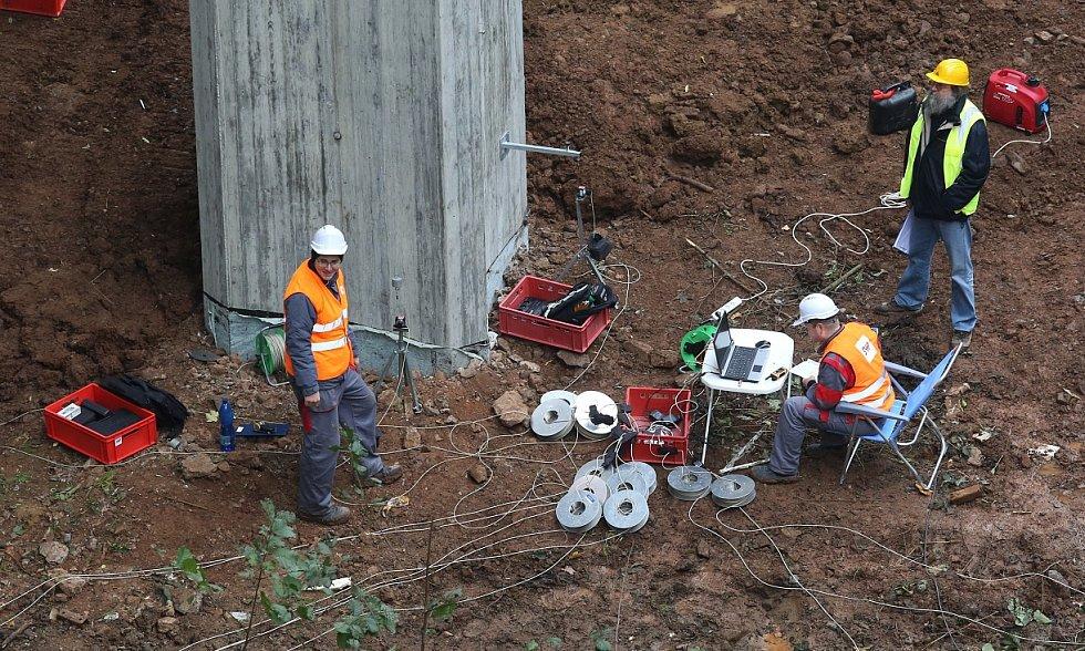 ZÁTĚŽOVÝ TEST. Zátěž téměř tří set tun se po mostě pohybovala po celý den. Stavbaři sledovali pohyb stavby. Odpoledne, po několika hodinách měření, byly hodnoty v normě.