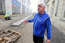 Vladimír Nekvinda ze železářství společnosti Bunek sídlícího ve Vavřinecké ulici v Litoměřicích si stěžuje na její dlouhou opravu. Tím, že je ulice špatně přístupná, přichází obchod o zákazníky a rovněž i o tržbu.
