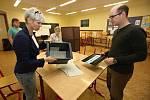 Sčítání hlasů ve volební místnosti v litoměřické ZŠ Máchova