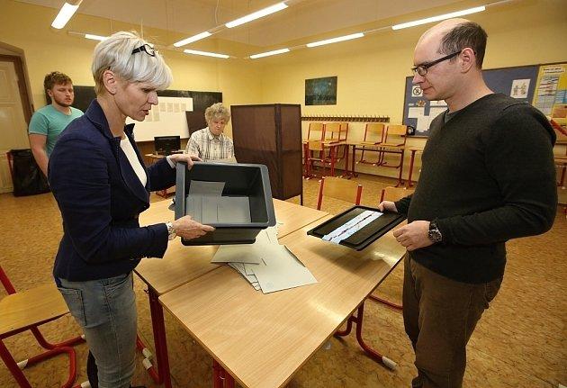 Sčítání hlasů ve volební místnosti vlitoměřické ZŠ Máchova