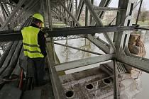 POLICISTÉ OHLEDALI nahlášené místo v prvním pilíři Tyršova mostu, ale v žádné z šesti minových kobek, vybudovaných ve 30. letech minulého století,  nic, co by odpovídalo náložím, nenalezli. V šetření případu budou ještě pokračovat.