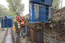 NOVÁ PROTIPOVODŇOVÁ ZEĎ. Povodí Labe je investorem asi 100metrové zcela nové betonové zdi, která má ochránit areál lovosické chemičky. Stavba má být dokončena v listopadu.