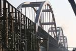 Zatěžkávací zkouška nového mostu přes Labe.