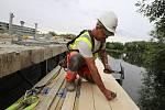 Dělníci pracují na rekonstrukci mostu ve Štětí
