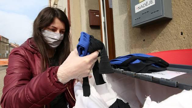V Roudnici nad Labem mohou lidé odložit použité látkové roušky a pracovníci Naděje je vyperou, vyžehlí a dezinfikují. Poté si je mohou lidé opět vyzvednout a znovu použít.