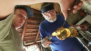 Robert Douša se synem ve sklářské dílně
