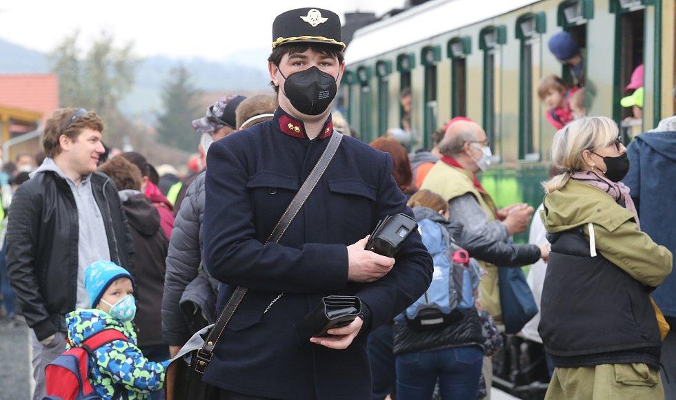 Na švestkové dráze se opět proháněla pára. Parní lokomotiva ventilovka se proháněla po švestkovce poprvé. Stovky obdivovatelů, ale i turistů využilo příjemného počasí a projeli se z Litoměřic až do Mostu a zpět mimořádným vlakem.