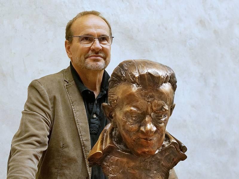 V závěru aukce pro Hospic sv. Štěpána předal litoměřický sochař Libor Pisklák hospici bronzovou bustu kněze Ladislava Kubíčka, od jehož zavraždění na faře v Třebenicích uplynulo 11.září sedmnáct let.