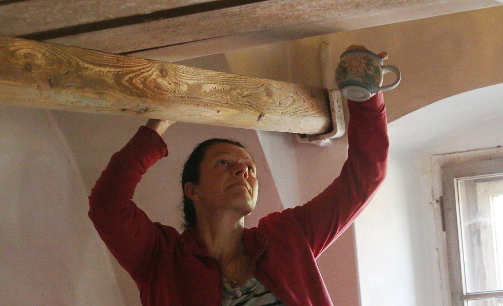 V Levíně již několikátým rokem probíhá v historické keramické dílně sympozium.
