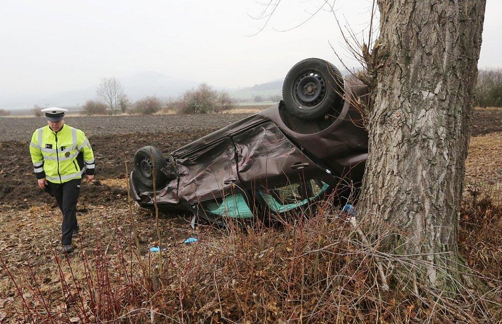 Srážka dvou aut na křižovatce silnic z Milešova do Vlastislavi
