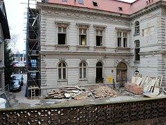 VILA POD KONTROLOU. Na stavbě rekonstrukce budovy bývalé polikliniky v centru Lovosic se byli podívat policisté a kontroloři z inspektorátu práce.