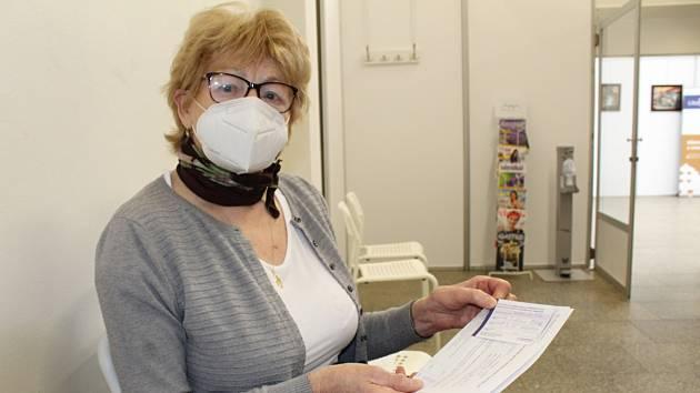 Seniorka ukazuje dokumentaci k proběhlému očkování na výstavišti Zahrada Čech v Litoměřicích.