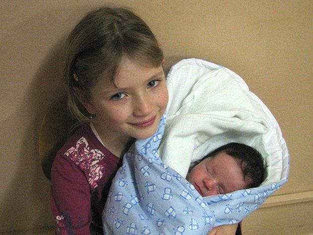 Pavlíně Vodseďálkové z Litoměřic se v litoměřické porodnici 2. prosince v 8.20 hodin narodil syn Lukáš. Měřil 51 cm a vážil 3,2 kg. Na snímku se sestřičkou Terezkou. Blahopřejeme!