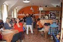 Pracovníci sociálně terapeutických dílen přivítali ve své restauraci pěvecký sbor z Kanady.