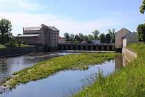 Na ostrůvku v Ohři se ani letos terezínští nevykoupají. Schody, které k němu přes někdejší mlýn vedou, zůstávají uzavřené.
