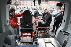POHODLÍ PACIENTŮ a lepší manipulace s pacienty se výrazně zlepší nákupem nového sanitního vozu za 1,154 milionu korun. Nemocnice má celkem 8 sanitek, které obnovuje.