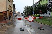V Lovosicích ve středu odpoledne prasklo potrubí vodovodního řadu. Havárie zkomplikovala dopravu ve městě.