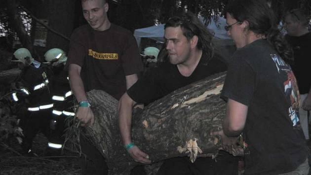 Návštěvníci festivalu hasičům ochotně pomáhali s odklízením následků vichřice