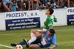 Roudnice nad Labem - Jablonec nad Nisou, 2. kolo Ondrášovka cupu 2011/2012. Zmíněný střet, který Davida Lafatu (v zelenobílém) pořádně bolel.