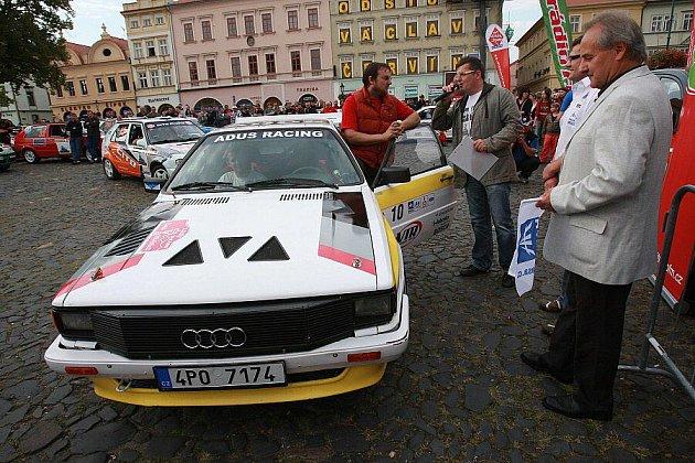 Slavnostní start 1. ročníku Rally České středohoří na Mírovém náměstí v Litoměřicích.