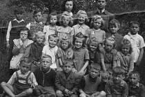 V obci se začalo vyučovat ve standardní škole už v roce 1786, stavba současné školy byla dokončena v roce 1927, od roku 1951 je Školou Jana Nerudy. Děti na snímku z roku 1954, které učili manželé Bělohlavcovy, jsou současní osmdesátníci.