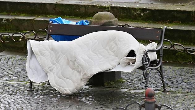 Bezdomovec si ustlal na lavičce u morového sloupu na Mírovém náměstí v Litoměřicích.