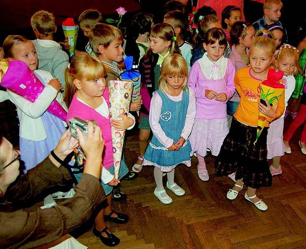JAKÉ TO BUDE? Velké očekávání i nervozita se odrážely ve tvářích dětí, které šly včera poprvé do školy. Ty, jež přivítali na Základní škole Boženy Němcové  v Litoměřicích, nebyly výjimkou.