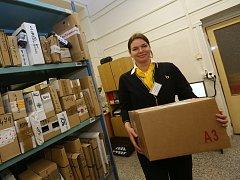 PLNÉ RUCE PRÁCE mají nyní pracovníci České pošty, kteří zaznamenávají největší nápor každý rok před Vánoci. V letošním roce je nejvíce využívanou službou České pošty balíková doprava.