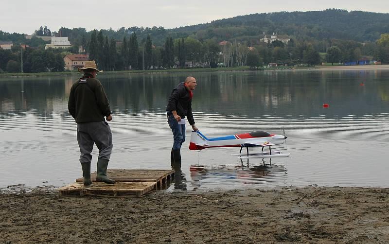 Na druhé pláži jezera Chmelař se o víkendu konal 21. ročník Úštěckého poháru RC modelů hydroplánů.