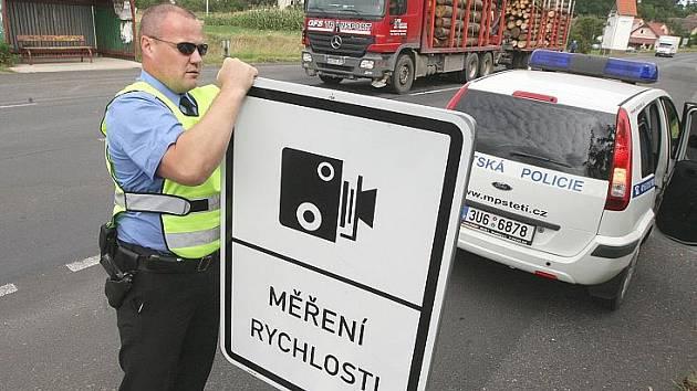 MĚŘENÍ RYCHLOSTI se značkami je ve Štětí již minulostí. Od změny zákona budou strážníci opět měřit bez nich.