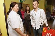 Tým z Československé Superstar navštívil děti v litoměřické nemocnici.