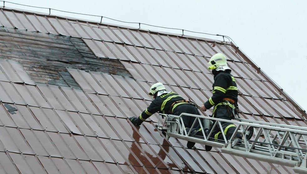 Poškozená střecha.