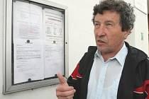 ZVEŘEJNĚNÝ DOKUMENT. Starosta Jaroslav Pošva ukazuje dokument,  který zveřejnil na vývěsní desce obecního úřadu