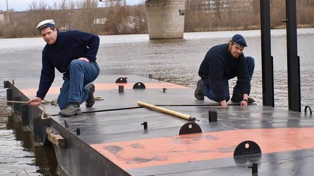 Zaměstnanci společnosti Pražské Benátky ukotvili mohlo pro přívoz