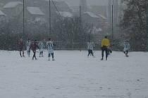 Ani pořádný sobotní příděl sněhu neovlivnil skvělý výkon a zasloužené vítězství FK Libochovice v posledním utkání ve skupině A v ústecké Ravel zimní lize.