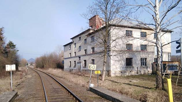 Na trati od Liběšic přes Úštěk na Českou Lípu chtějí železničáři opravit jen vybranou část infrastruktury, například mostky nebo přejezdy. Na snímku jsou koleje nedaleko úštěckého nádraží.