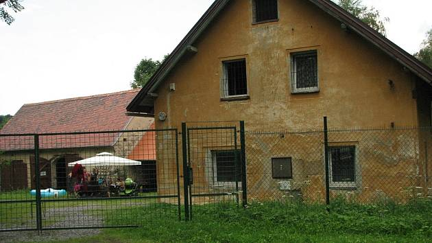 BÝVALÝ STATEK, později strážnice a stanice radistů je dnes rekreačním objektem, jediným stavením, které se dochovalo po zániku obce Babiny.