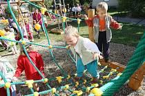 Slavnostní otevření nového dětského hřiště v Kochovicích u Hoštky.