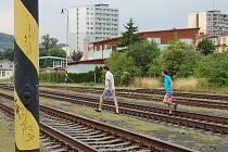 ZKRATKA DO MĚSTA. Zkratku přes horní vlakové nádraží využívají Litoměřičané denně při cestě na vlak nebo do centra města. Včera odpoledne se za deset minut přes kolejiště vydalo na deset odvážlivců. Příští rok už by jim mohl sloužit nový přechod.