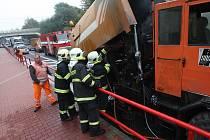 Na hlavní silnici od Ústí nad Labem směrem na dálnici D8 v Lovosicích nedaleko Lidlu hořel v pátek odpoledne zametací stroj Správy a údržby silnic Ústeckého kraje.