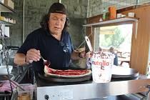 Herec a komik Richard Genzer připravuje palačinky v Marině Labe v Píšťanech.