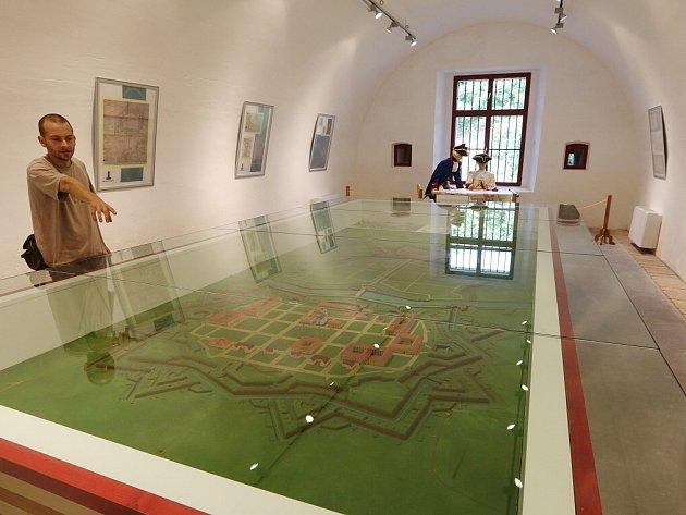 Vobjektu Retranchement je nové Informační centrum, Muzeum města Terezín a vsousedství Litoměřická brána se strážnicí. Tyto prostory využívá také terezínský Sbor dobrovolných hasičů a Klub vojenské historie Pevnost Terezín.