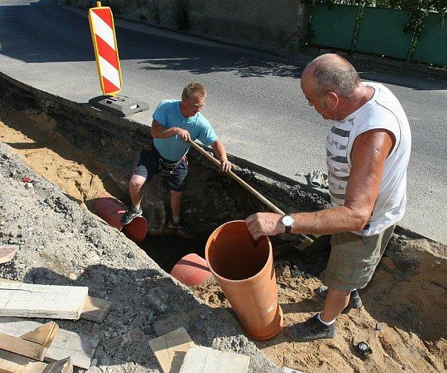 Opravy na silnici ve Vetlé.