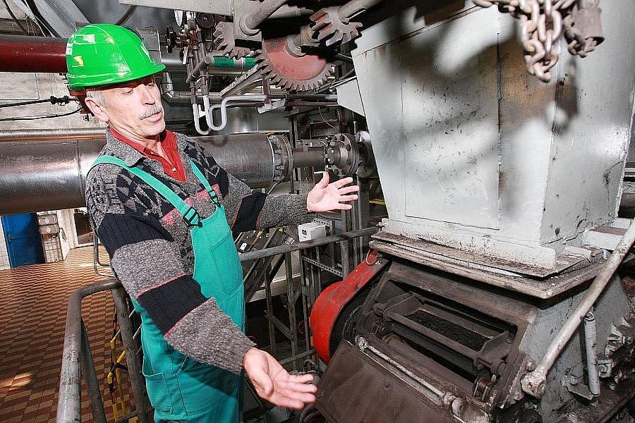 Operátor kotle Jaroslav Procházka stojí před násypkou jednoho z kotlů, který v litoměřické výtopně vyrábí teplo pro domácnosti po celém městě. Letos tu zatopili o dva týdny dříve, než v loňském roce.
