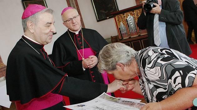 Hlavu katolické církve v Litoměřicích zastupoval arcibiskup Giuseppe Leanza (vlevo)