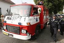Dobrovolní hasiči z Hlinné dostali od svých profesionálních kolegů hasičský vůz.