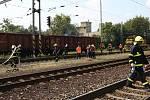 Požár několika vagonů s naloženým dřevem likvidovali hasiči v sobotu odpoledne na nádraží Hněvice na Litoměřicku.