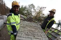 Do konce měsíce října by měla být hotová část cyklostezky u Křešic na Litoměřicku. Nyní se betonují opěrné zdi mezi řekou Labe a silnici.